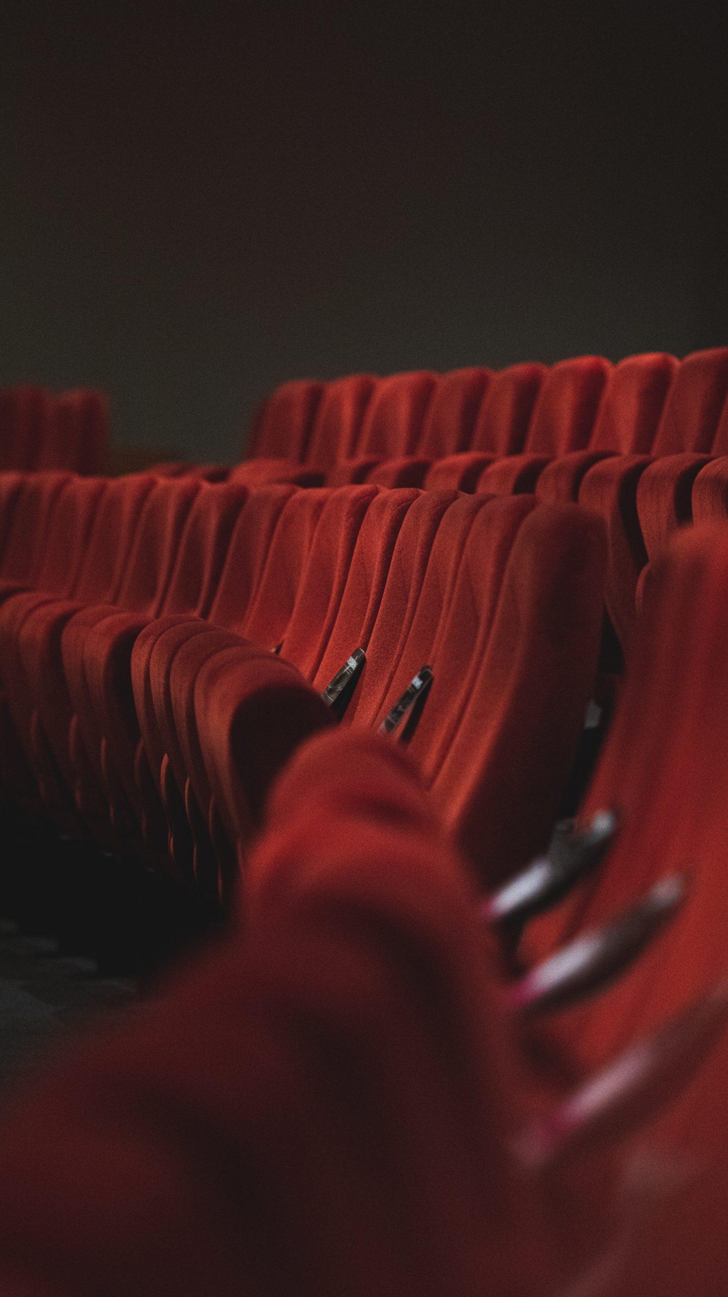 Sièges de théâtre en velours rouge
